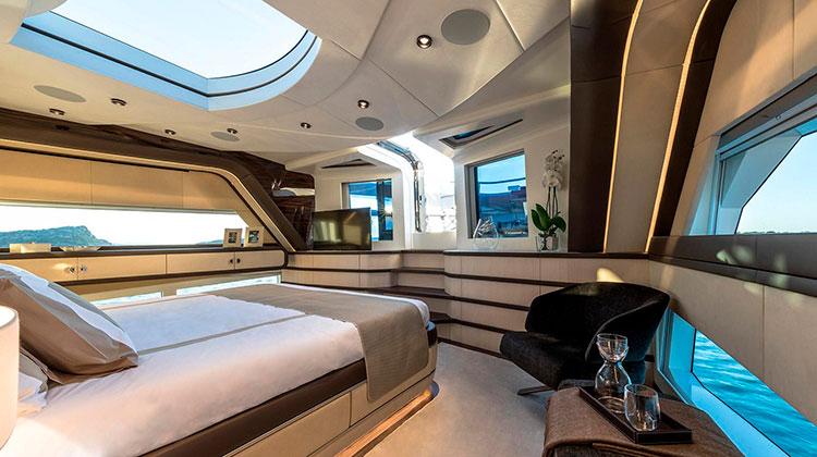 Полуводоизмеющая 27,5-метровая яхта Kalliente построена в соответствии со стандартами MCA. Она вмещает 10 пассажиров  и 3 члена экипажа и разгоняется до 21 узлов.